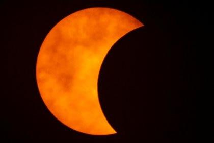 En la Ciudad Autónoma de Buenos Aires se lo podrá observar a las 13:32 con un máximo de oscuridad de un 73,6%. REUTERS/Athit Perawongmetha