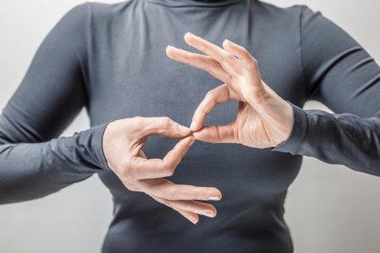 La lengua de señas es el idioma natural de las personas sordas (Shutterstock)