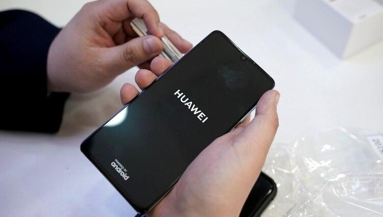 Varias compañías comenzaron a cortar lazos comerciales con Huawei, tras las limitacionesdecretadas en Estados Unidos. (REUTERS/Jason Lee/File Photo)