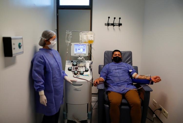 Un donante voluntario de plasma convaleciente, paciente recuperado de COVID-19, en el hospital El Cruce, Florencio Varela (REUTERS/Agustin Marcarian)