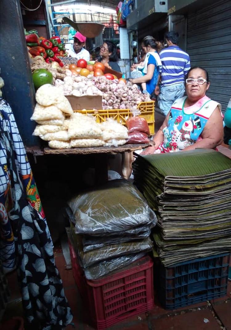 Norelia Camacho hace trueque con hojas de plátano