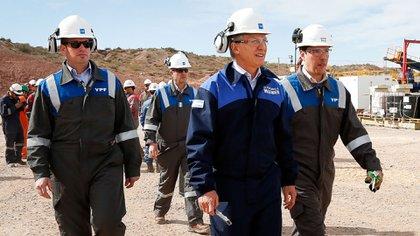 Macri en una recorrida de Loma de la Lata, uno de los yacimientos de YPF en Vaca Muerta