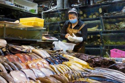 El régimen chino intenta instalar que fueron productos importados congelados los que pudieron haber llevado el coronavirus Sars-CoV-2 a Wuhan (EFE)
