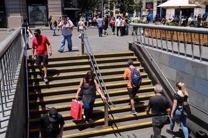 Un grupo de personas accede al metro en Santiago (Chile). EFE/Alberto Valdés/Archivo