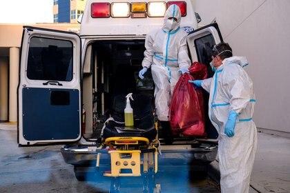 Paramédicos limpian sus materiales fuera del Hospital Memorial West donde se tratan los pacientes de la enfermedad coronavirus (COVID-19), en Pembroke Pines, Florida, Estados Unidos.13 de julio de 2020. REUTERS/María Alejandra Cardona