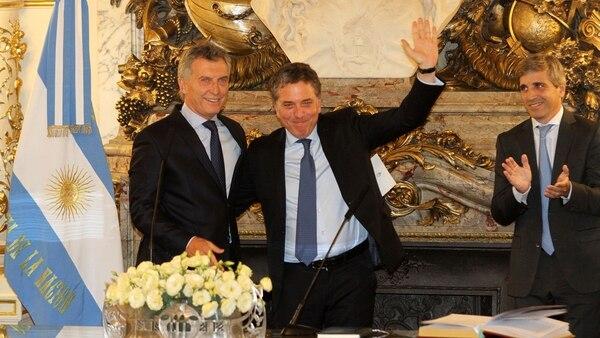 El presidente Macri, junto a los ministros Dujovne y Caputo. (DyN)