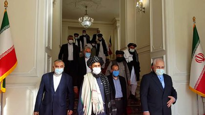 El canciller iraní, Mohammad Javad Zarif recibe al jefe talibán, el Mullah Abdul Ghani Baradar, en Teherán como parte de las negociaciones internacionales.