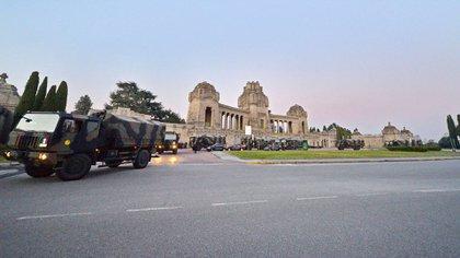 La foto del 18 de marzo que dio la vuelta al mundo. Camiones militares sacando féretros del cementerio monumental de Bérgamo, colapsado por la pandemia (EFE/EPA/FILIPPO VENEZIA)