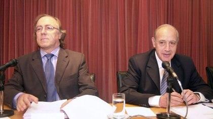 El ex ministro de Economía, Roberto Lavagna, y el ex secretario de Finanzas, Guillermo Nielsen, durante una conferencia de prensa en 2005.
