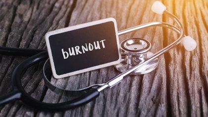 El burnout ignorado o no abordado puede tener consecuencias significativas, que incluyen: el estrés excesivo, la fatiga, el insomnio, la tristeza, ira o irritabilidad, el uso indebido de alcohol o sustancias, enfermedad del corazón, alta presión sanguínea y vulnerabilidad a las enfermedades en general (Shutterstock)