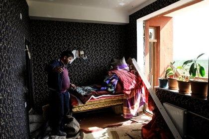 Un ciudadano muestra su vivienda golpeada por un bombardeo. REUTERS/Umit Bektas