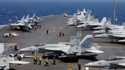 Se espera que los portaaviones ensayen intensas maniobras de ataque con sus aviones embarcados (REUTERS/Erik De Castro/Archivo)