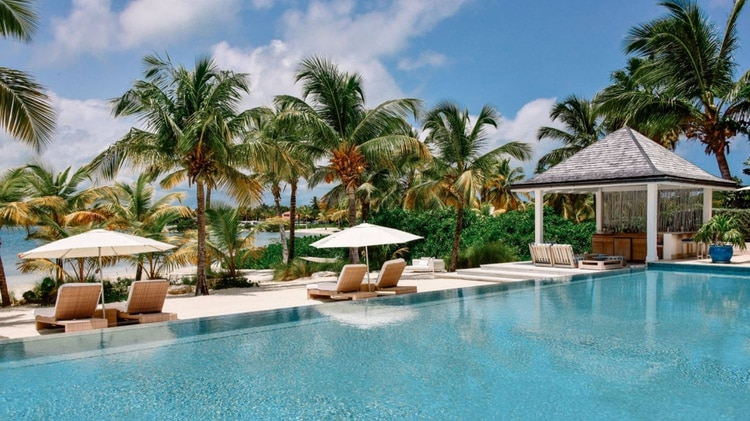 El resort cuenta con piletas infinitas ycinco restaurantes (@JumbyBayResort)