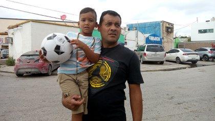 Edgar Arias vivía en El Junquito. Trabajó hasta julio en un hospital público en donde lo maltrataban por no ser chavista, ganaba dos dólares al mes, y lo obligaban a marchar por la revolución bolivariana. Llegó a Matamoros con su esposa y su hijo de 5 años (fotos: Elizabeth Ostos)