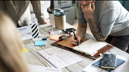 Las realidades cambiaron y hoy la antigua creencia de que los tatuajes eran un motivo para no contratar quedó atrás (Getty Images)