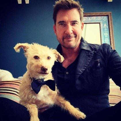 Dylan McDermott compartió que esta esperando la entrega de los Emmy junto a su perro. Lució un look de traje a rayas en azul oscuro. Su perro lo acompañó con un moño