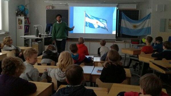 Dall'Asta recorrió algunas costumbres culturales argentinas ante los alumnos finlandeses