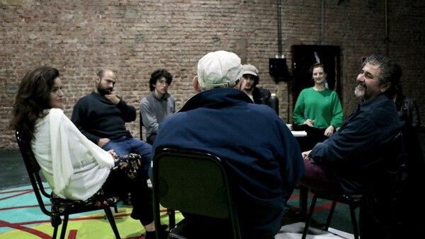 El elenco dialogando sobre la obra (Lihue Althabe)