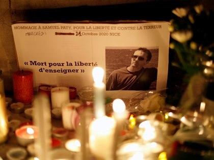 Un pequeño santuario en honor del profesor Samuel Paty, decapitado por un terrorista en el suburbio parisino de Conflans-Sainte-Honorine. REUTERS/Eric Gaillard