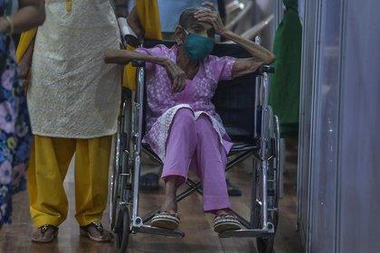 Una anciana espera recibir la vacuna contra el COVID-19 en un centro de vacunación en Mumbai (AP Photo / Rafiq Maqbool)