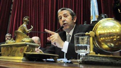 Julio Cobos habla durante una sesión en el Senado (Foto de archivo)