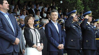 El Secretario de Seguridad junto a la Ministra de Seguridad, Patria Bullrich, y el presidente Macri (NA)