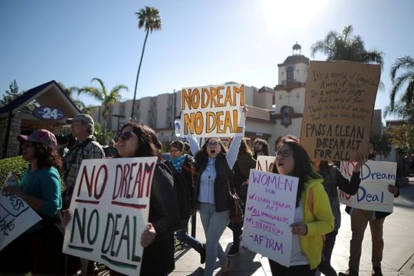 Inmigrantes y activistas reclaman por una solución para los beneficiarios del programa DACA (Reuters)