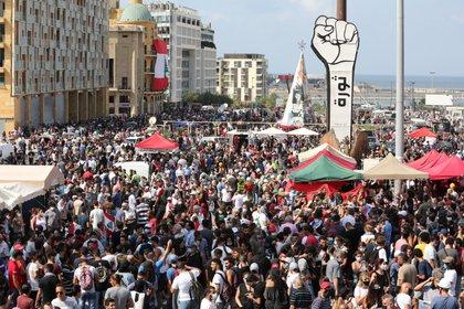 Enormes manifestaciones en Beirut pidiendo la remoción del gobierno y el cambio del sistema de poder. EFE/EPA/Nabil Mounzer