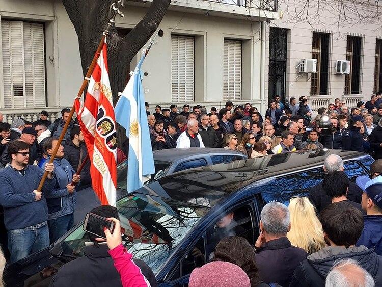 Con los colores de Estudiantes y de Argentina, y bajo una lluvia de aplausos y cánticos, despidieron al ex defensor