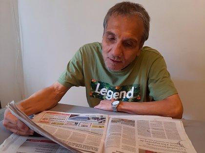 Horacio Saldaño leyendo el diario, uno de los pasatiempos de su retiro, junto a las caminatas por el Parque Chacabuco.
