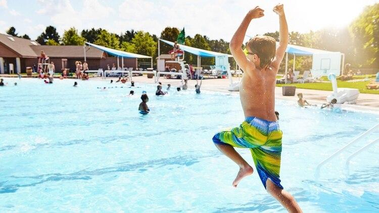 La otitis de verano es habitual al tener más contacto con el agua en piletas y superficies acuáticas naturales. (Foto: Archivo/Shutterstock)