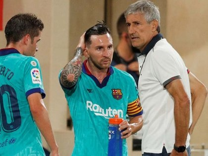 Foto del domingo del DT de Barcelona, Quique Setien, hablando con Lionel Messi en una pausa del partido ante Villarreal por la liga española. Jul 5, 2020  REUTERS/Albert Gea