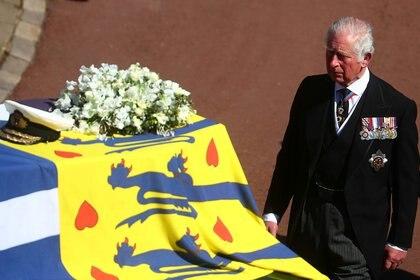 El príncipe Carlos delante del féretro de su padre