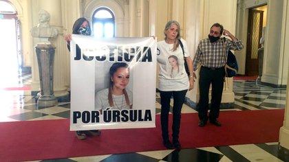 La madre de Úrsula llegó a la Casa Rosada pasadas las 15 con un cartel donde pide Justicia por su hija