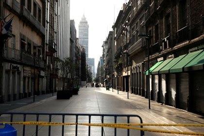 Vista general de una calle del centro histórico de la Ciudad de México, que luce vacía tras la declaración de emergencia sanitaria en el país latinoamericano. 5 de abril de 2020.  REUTERS/Henry Romero