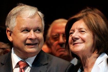 El entonces Presidente de Polonia Lech Kaczynski de pie junto a su esposa María en Chicago, EE.UU., el 25 de septiembre de 2007 (REUTERS/John Gress/Foto de archivo)