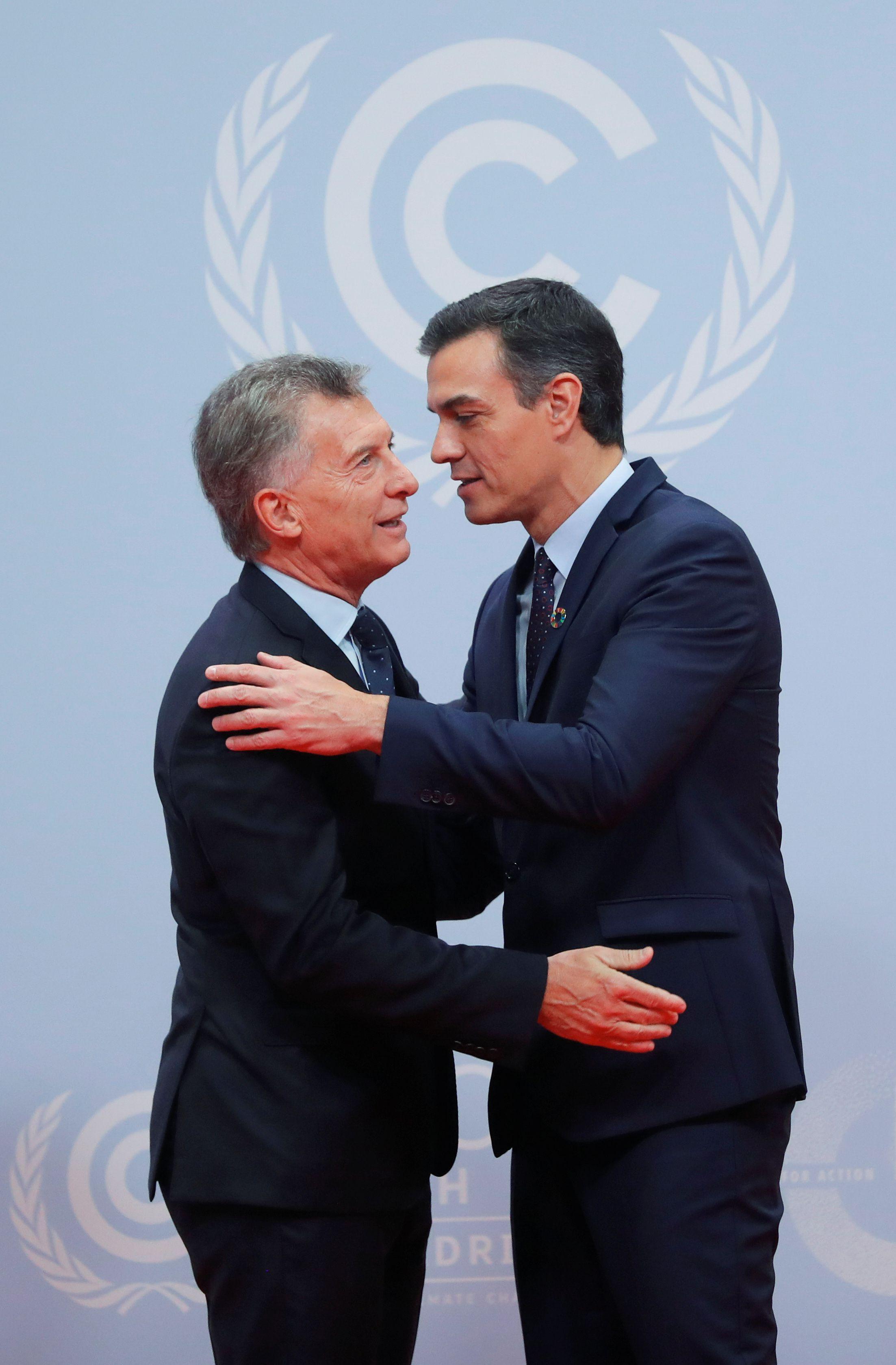 El presidente del gobierno español, Pedro Sánchez, saluda al presidente argentino durante la COP25. REUTERS/Susana Vera