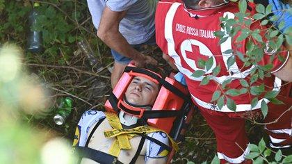 Remco Evenepoel fue inmovilizado en una camilla y trasladado a un hospital tras su accidente en el Giro de Lombardía (AFP)