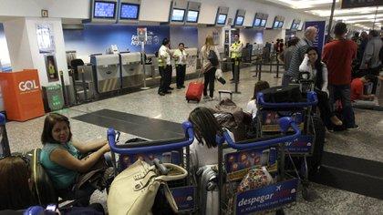 Los pasajeros quedaron varados por las cancelaciones y suspensiones.