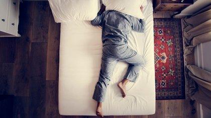 La mayoría de los adultos debería dormir entre 7 y 9 horas cada noche (Shutterstock)