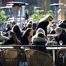 La gente disfruta del sol en un restaurante al aire libre, a pesar de la continua propagación de la enfermedad por coronavirus (COVID-19), en Estocolmo, Suecia (Reuters)