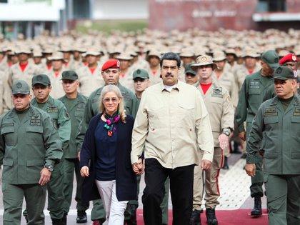 FOTO DE ARCHIVO- El presidente de Venezuela, Nicolás Maduro, camina con su esposa, Cilia Flores; el ministro de la Defensa, Vladimir Padrino López, y el jefe del Comando Estratégico Operacional de la Fuerza Armada, Remigio Ceballos, durante una ceremonia militar en Caracas, Venezuela Julio 27, 2019. Miraflores Palace/Handout vía REUTERS. ATENCIÓN EDITORES- ESTA FOTO FUE SUMINISTRADA POR TERCEROS.