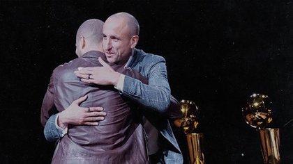 El abrazo con Tony Parker, luego del discurso del francés (Foto: @spurs)