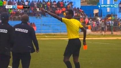 Un entrenador golpeó a en la cara a un árbitro en el fútbol de Somalia.