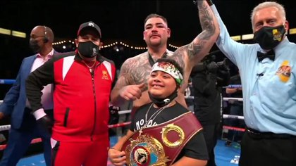 Eddy Reynoso and Andy Ruiz's son accompanied him in the ring after the confirmation of his victory (Photo: Twitter @ charrosbeisbol)