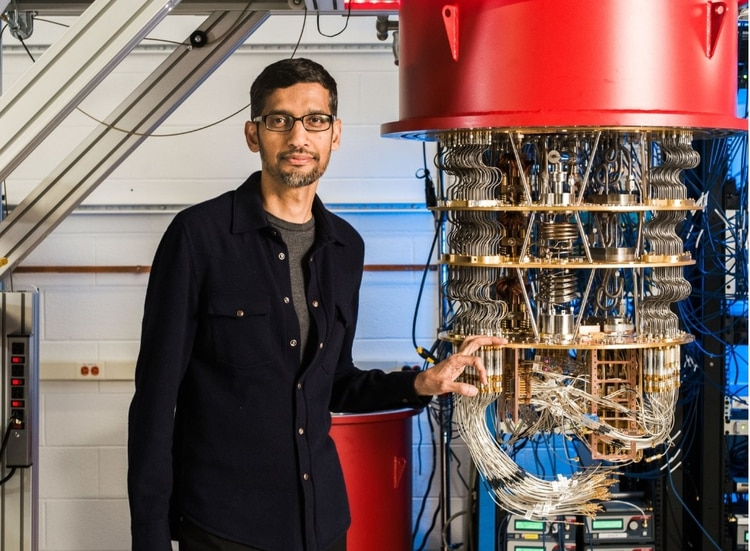 Una computadora cuántica y Sundar Pichai, el CEO de Google (Google)