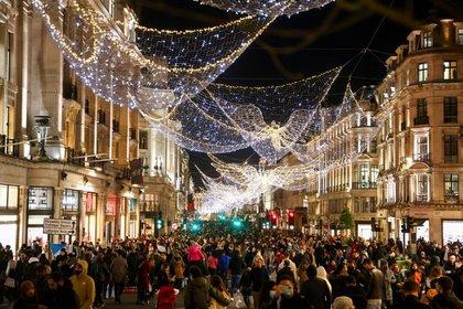 Imagen de archivo de compradores caminando por la peatonal Regent Street, en medio de la pandemia de coronavirus, en Londres, Reino Unido. 5 de diciembre, 2020. REUTERS/Simon Dawson/Archivo