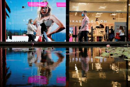 Los centros comerciales exigirán que se respete el distanciamiento social manteniendo una distancia de dos metros entre clientes (REUTERS/Amir Cohen)