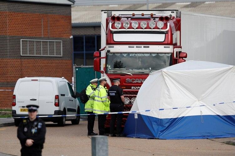 Agentes de Policía junto al camión en el que fueron hallados los cadáveres (REUTERS/Peter Nicholls)