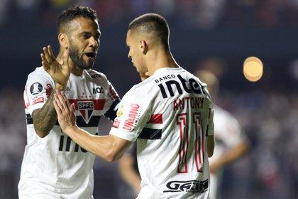 En la imagen, Daniel Alves y Antony del São Paulo. EFE/ Thiago Bernardes /Archivo